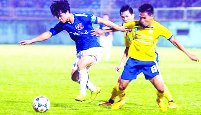 Hoàng Anh Gia Lai (áo xanh) - Khánh Hòa.