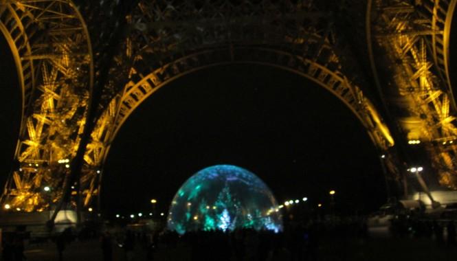 Quả địa cầu lung linh như pha lê dưới chân tháp Eiffel.