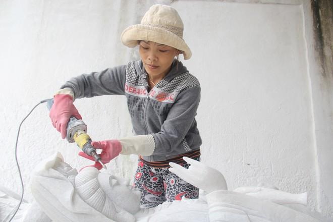 Chị Bình là người phụ nữ độc nhất ở làng đá Non Nước làm nghề tạc tượng.