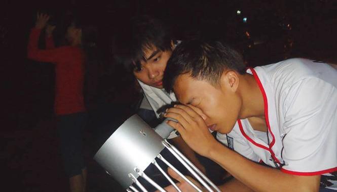 Những thành viên của Hội thiên văn trẻ Việt Nam tổ chức quan sát bầu trời. Ảnh: VACA.