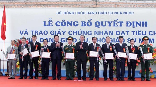 Hội đồng chức danh Giáo sư Nhà nước tổ chức Lễ công bố quyết định và trao giấy chứng nhận đạt tiêu chuẩn giáo sư, phó giáo sư (năm 2013). Ảnh: TTXVN.