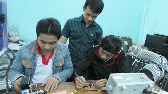 Ba chàng sinh viên đang trong phòng thực hành.