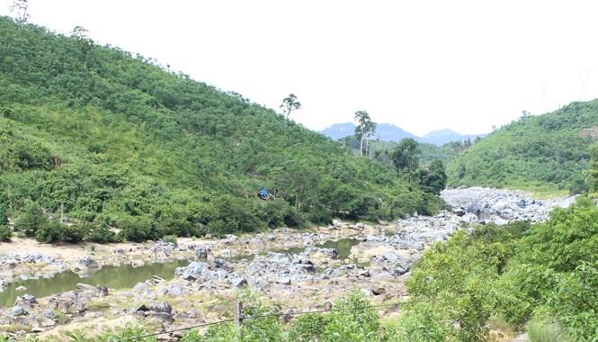 Đoạn sông Vu Gia phía sau đập thủy điện Đắk Mi 4 chảy qua huyện Nam Giang, tỉnh Quảng Nam trơ đáy vào mùa cạn 2014. Ảnh: Nguyễn Hoài.