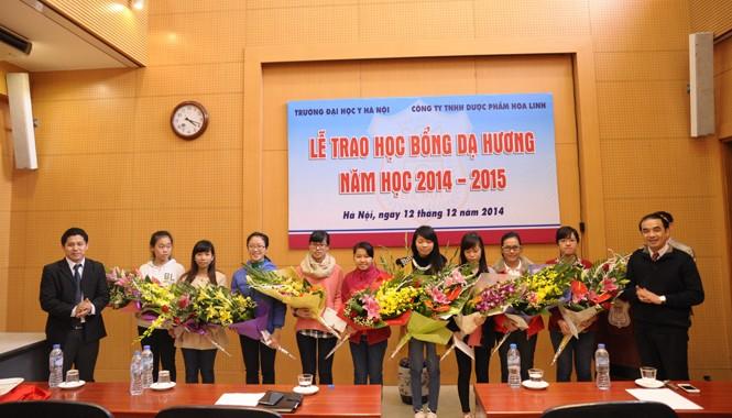 Dạ Hương chung sức cùng nữ sinh ĐH Y Hà Nội năm học 2014-2015