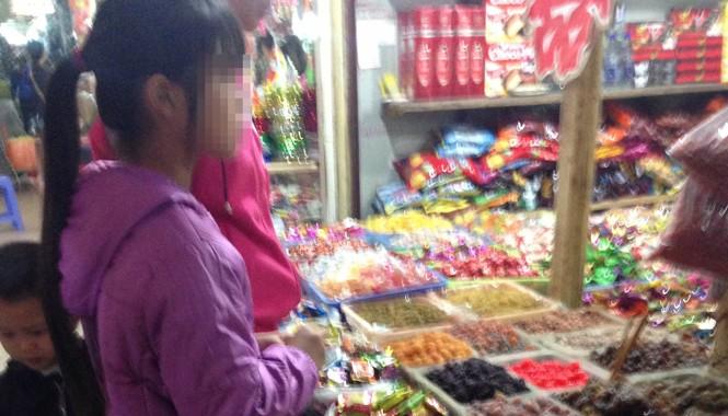 """Bánh kẹo giá rẻ """"3 không"""" bày bán tràn lan."""