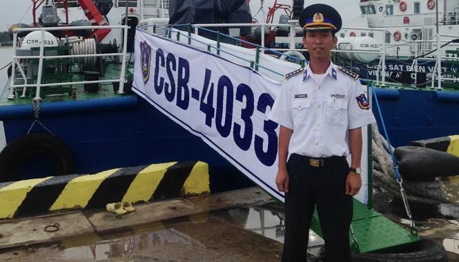 Đại úy Lê Trung Thành bên con tàu 4033 làm nhiệm vụ trên vùng biển chủ quyền của Việt Nam.