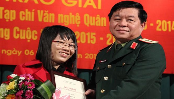 Nguyễn Thị Kim Hòa nhận giải Nhất với 3 truyện ngắn. Ảnh: NĐToán.
