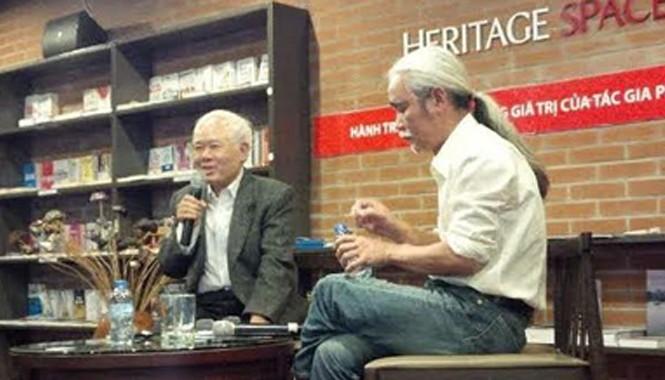 """Nhà nghiên cứu Lại Nguyên Ân (trái) kể về hành trình """"trục vớt"""" tác phẩm Phan Khôi. Ảnh: Trung Dũng."""