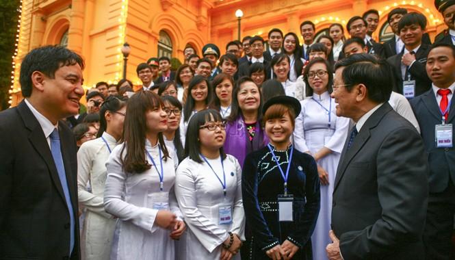 Chủ tịch nước Trương Tấn Sang trò chuyện với các sinh viên ưu tú. Ảnh: Vương Bảo Anh.