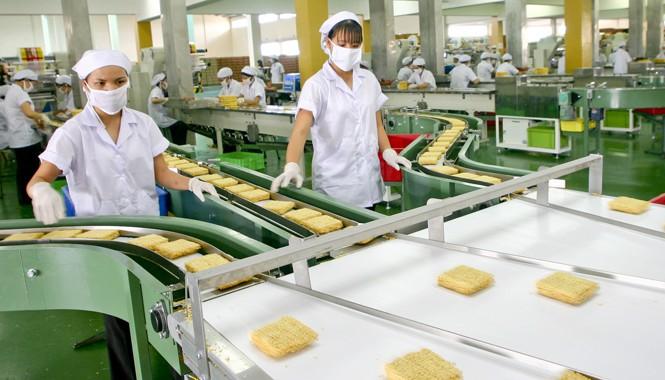 Công nhân làm việc trong nhà máy sản xuất mì ăn liền TPHCM. Ảnh: Ngọc Châu.