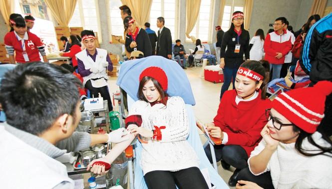 Hoa hậu Ngọc Hân, Á hậu Dương Tú Anh tham gia hiến máu trong Ngày Chủ nhật Đỏ 2014. Ảnh: Như Ý.