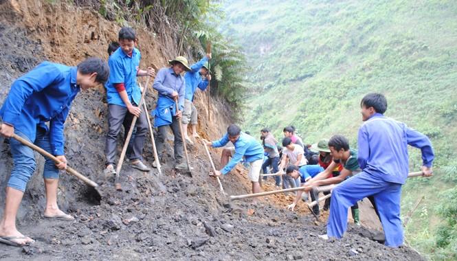 Thanh niên làm đường tại Tà Xi Láng (Yên Bái). Ảnh: Duy Ngợi.