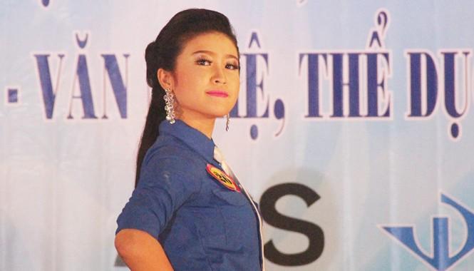 Hoa khôi Nét đẹp học đường Trần Thị Hoài Thương trong trang phục áo đoàn thanh niên.