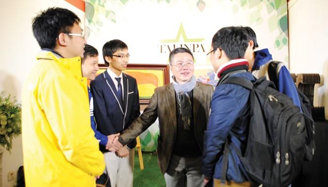 GS Ngô Bảo Châu và các sinh viên từng tham gia kỳ thi Olympic Toán quốc tế tại tiệc chiêu đãi ra mắt Vườn ươm tài năng. Ảnh: PV.