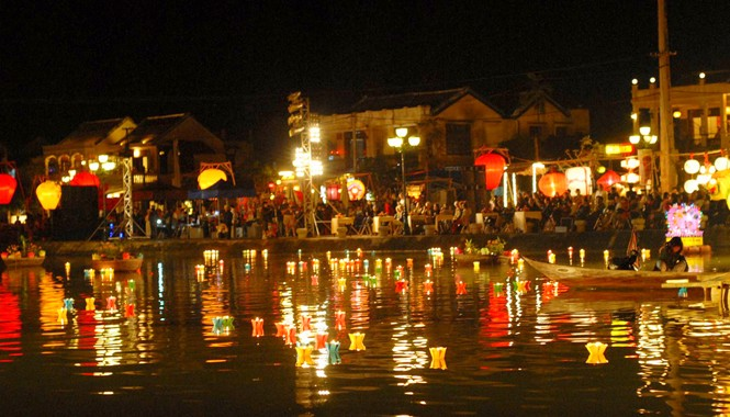 Đèn hoa đăng được thả trên sông Hoài - Hội An vào hai đêm mồng một và mười bốn âm lịch. Ảnh: Ngọc Châu.