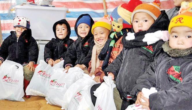 Trẻ em biên giới Cần Nông (Thông Nông, Cao Bằng) vui cười với những phần quà do nhóm Áo ấm biên cương trao tặng. Ảnh: Thanh Hải.