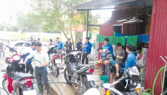 """""""Đội rửa xe thanh niên"""" tại thành phố Bắc Giang."""