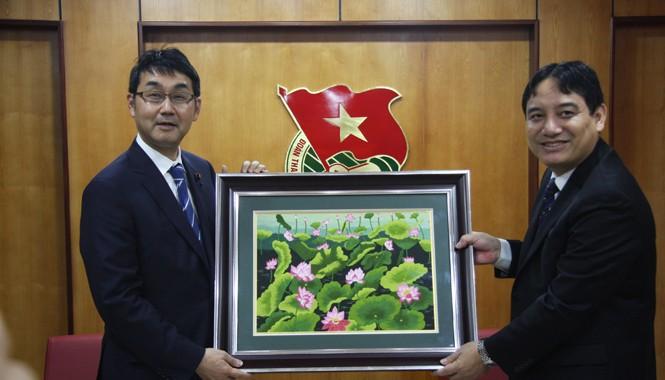 Anh Nguyễn Đắc Vinh tặng quà lưu niệm ngài Katsuyuki Kawai.
