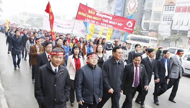 Bộ trưởng Bộ GD&ĐT Phạm Vũ Luận dẫn đầu đoàn diễu hành cổ động ngày Chủ Nhật Đỏ - 2014. Ảnh: Hồng Vĩnh.