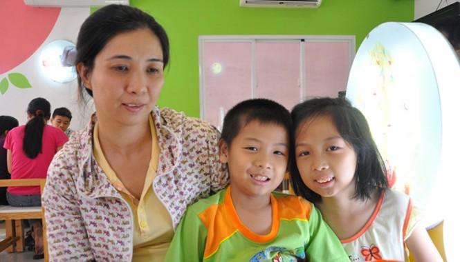 Cô giáo Trần Thị Sương và hai con tại Bệnh viện Truyền máu và Huyết học trong lúc chờ được vào truyền máu.