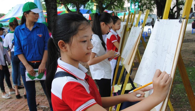 Học sinh thành phố Hạ Long, tỉnh Quảng Ninh vẽ tranh về chủ đề bảo vệ môi trường.