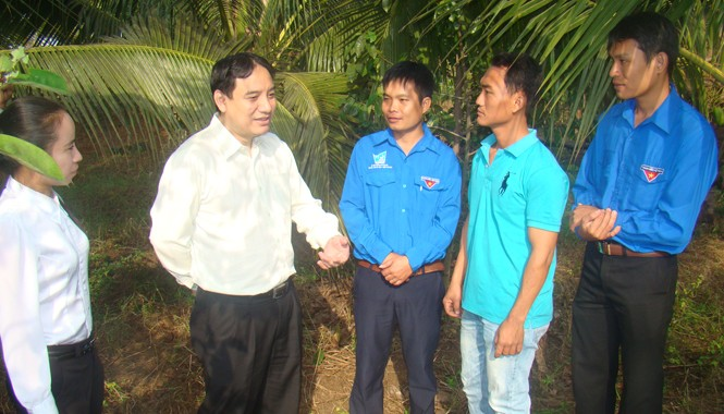 Anh Nguyễn Đắc Vinh thăm mô hình sản xuất của anh Trần Quốc Bảo.