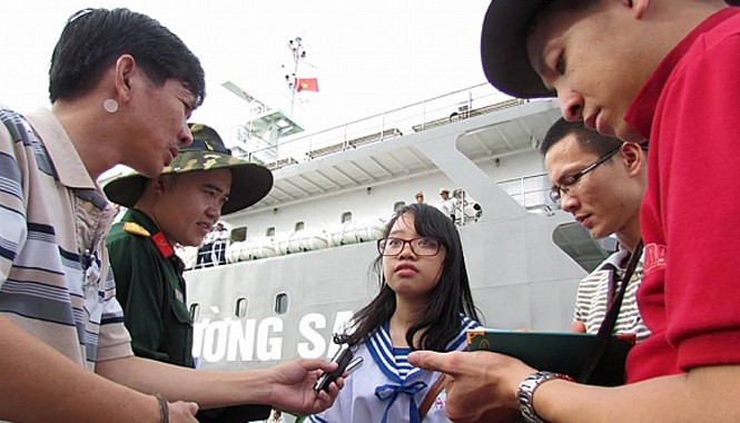 Ngọc (ở giữa) trả lời phỏng vấn báo chí về tập thơ viết tay tặng lính đảo Trường Sa tại Quân cảng Cam Ranh. Ảnh nhân vật cung cấp.
