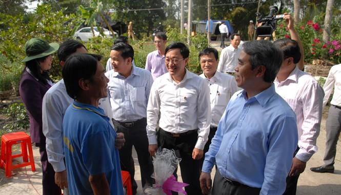 Thống đốc xuống thăm và tặng 108 xuất quà Tết cho hộ nghèo tại Ấp Tân Thới ( Huyện Phong Điền, Cần thơ). Ảnh: Quang Cảnh.
