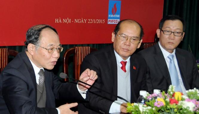 GS Hoàng Chí Bảo (ngoài cùng bên trái) phát biểu tại buổi tọa đàm ngày 22/1.