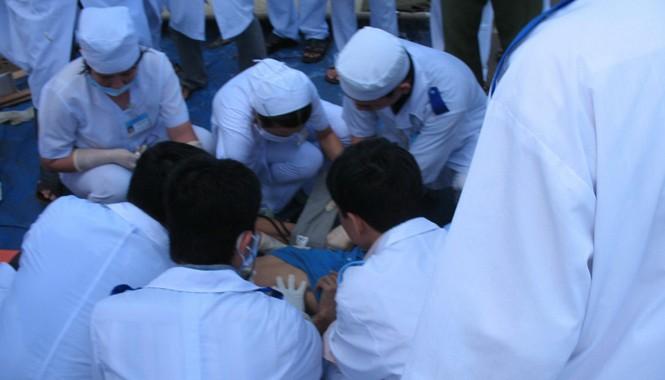 Các bác sĩ cấp cứu người bị nạn tại hiện trường  vụ sập cầu Cần Thơ 2007. Ảnh: Sáu Nghệ.