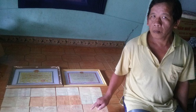 Ông Hào bên những tấm giấy chứng nhận hiến máu. Ảnh: Hòa Hội.