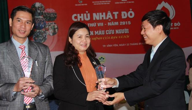Phó TBT báo Tiền Phong Trần Thanh Lâm, đại diện BTC trao kỷ niệm chương cho hai đơn vị phối hợp tổ chức Chủ nhật Đỏ.