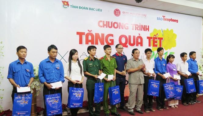 Ông Dương Thành Trung, Phó Bí thư Tỉnh ủy Bạc Liêu cùng ông Nguyễn Mạnh Quý đại diện Cty CP Quốc Huy Anh trao quà tại Bạc Liêu. Ảnh: Tiến Hưng.