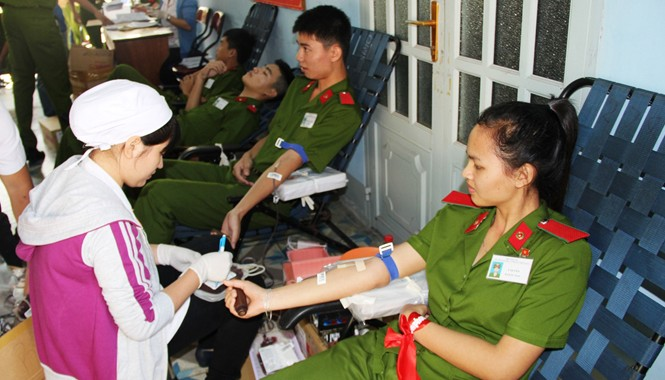 Bạn Y Duyên (SN 1994, dân tộc Dẻ, quê Kom Tum) tham gia hiến máu. Ảnh: Việt Văn.