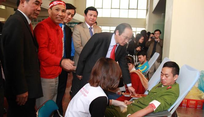 Lãnh đạo tỉnh Phú Thọ thăm hỏi, động viên sinh viên hiến máu