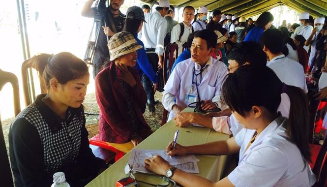 Các bác sĩ khám chữa bệnh cho người đồng bào dân tộc ở huyện Krông Búk ngày 26/1. Ảnh: L.N.