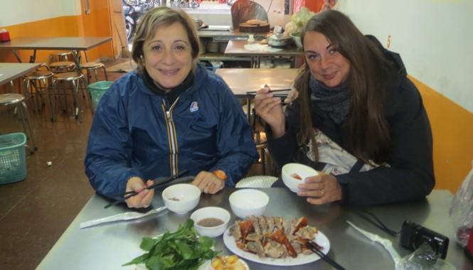 Vịt quay Hà Nội là món khoái khẩu của nhiều du khách. Nguồn Hanoi food tasting tours.