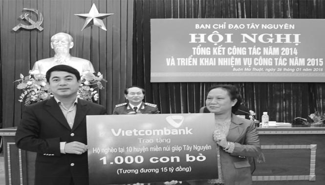 Ông Nghiêm Xuân Thành - Chủ tịch HĐQT Vietcombank  trao tặng hộ nghèo tại 10 huyện miền núi giáp Tây Nguyên 1.000 con bò.