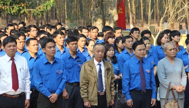 Bí thư T.Ư Đoàn Nguyễn Anh Tuấn cùng đoàn đến thắp hương tại tượng đài chi bộ Phú Riềng Đỏ.