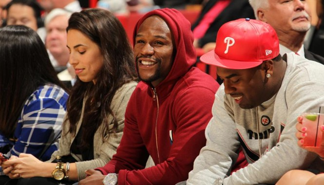 Floyd Mayweather (giữa) theo dõi trận bóng rổ tại Miami trước khi gặp Pacquiao để thảo luận về trận so găng trị giá 300 triệu USD giữa hai võ sỹ. Ảnh: Getty Images.