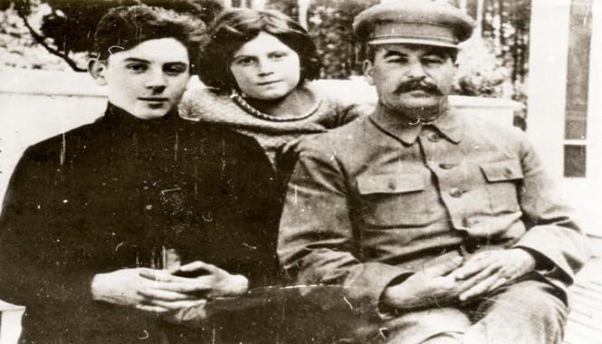 I.Stalin và hai con Vasily và Svetlana.