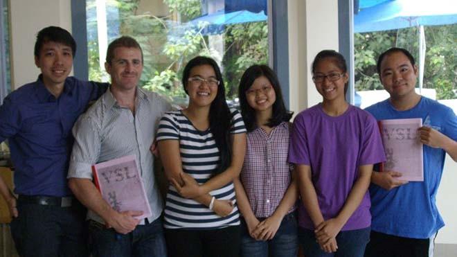 Tô Hoài Quỳnh Châu (thứ 3 từ trái sang) cùng các học viên người nước ngoài. Ảnh: Nhân vật cung cấp.