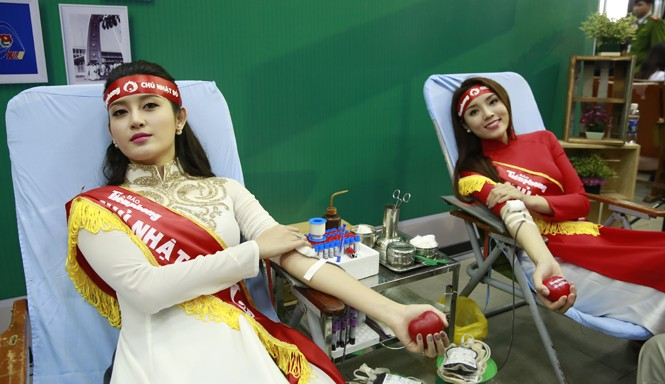 Hoa hậu Kỳ Duyên và Á hậu Huyền My hiến máu. Ảnh: Hồng Vĩnh.