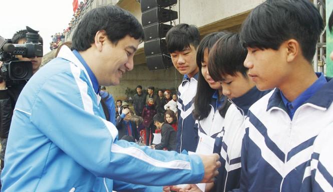 Bí thư thứ nhất T.Ư Đoàn Nguyễn Đắc Vinh trao học bổng cho học sinh nghèo học giỏi.