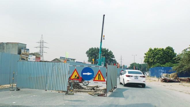 Công trường thi công nút giao Nguyễn Bỉnh Khiêm - Lê Hồng Phong (Hải Phòng) dù còn đất trống (bìa phải) nhưng không được san gạt để phương tiện lưu thông. Ảnh: Sỹ Lực.
