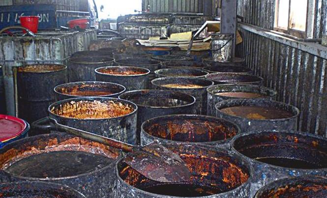 Một xưởng tái chế dầu cống rãnh bị phát hiện ở Trung Quốc.