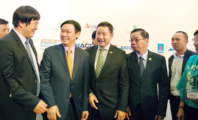Phó Thủ tướng Vương Ðình Huệ trò chuyện với các doanh nhân tại Diễn đàn doanh nghiệp tư nhân 2016. Ảnh: L.H.V.
