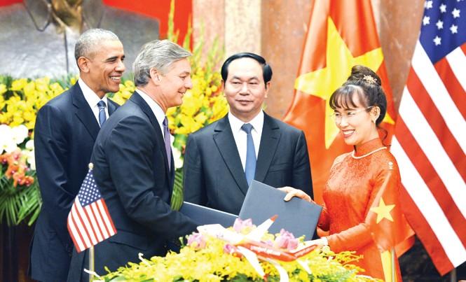 CEO Nguyễn Thị Phương Thảo ký kết mua máy bay Boeing nhân chuyến thăm VN của Tổng thống Obama.