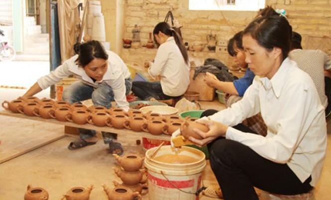 Nhiều cơ sở sản xuất làng gốm cổ Bát Tràng (Gia Lâm) vay vốn ưu đãi từ NHCSXH.