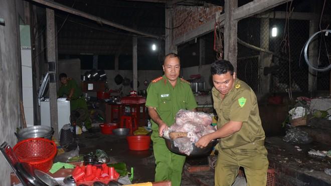 Cơ quan chức năng phát hiện thịt heo bệnh đã ngả màu và bốc mùi trong cơ sở giết mổ lậu của ông Nguyễn Văn Tra (Bến Tre).